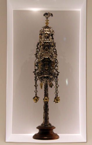 Rimonpár (Tóratekercs dísz) <br /><em><em>Torah finials </em>(Torah scroll adornment)</em>