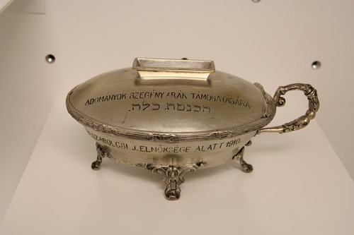 Gyűjtőpersely <br /><em>Charity (Tzedakah) box</em>