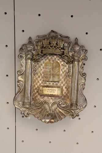 Tóravért<br /><em>Torah shield</em>