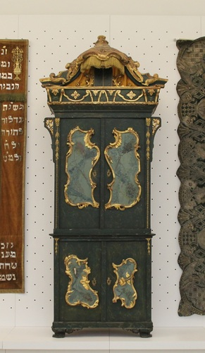 Tóraszekrény <br /><em>Torah Ark</em>