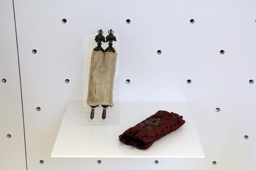 Miniatűr tóratekercs apró rimonpárral<br /><em>Miniature Torah scroll with minuscule Torah finials</em>