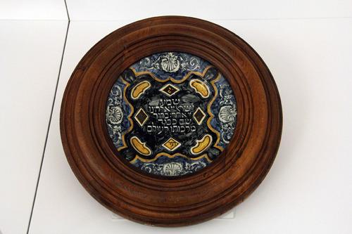 "Tányér ""Sma Israel"" felirattal<br /><p><em>Plate with ""Shma Israel"" label</em></p>"