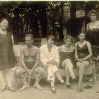 Nyaralás Poieniben,  fürdőruhás társaság