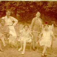 Nyaralás Poieniben, kertben üldögélő társaság