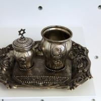 Havdala-tálka, pohár, fűszertartó<br /><em>Havdalah tray, cup, and spice container</em>