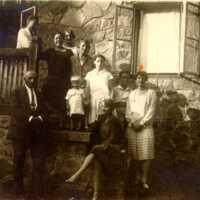 Nyaralás Poieniben, kórház előtt álló társaság