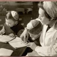 Ortodox zsidó óvodások héber betűket  tanulnak