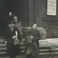 Segélyezettek a Deportáltakat Gondozó Országos Bizottság Bethlen téri épülete előtt